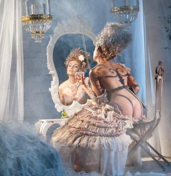 zena pred ogledalom