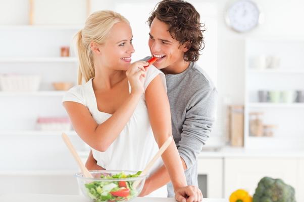 dvoje u kuhinji