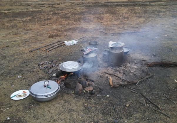 mongolija priprema obroka u stepi