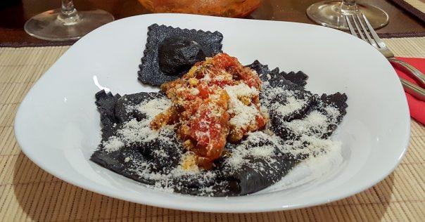 crni-ravioli-s-tunom